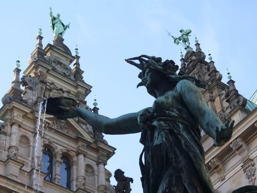 fonteinen in Hamburg die je gezien moet hebben: Hygieia aan het Rathaus
