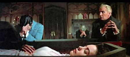 Roderick (Vincent Price) et son visiteur veillent la défunte Madeline Usher