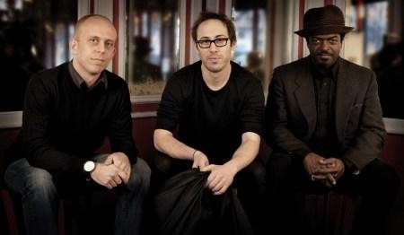 Le trio de Yaron Herman, avec Matt Brewer (gauche) et Gerald Cleaver (droite)