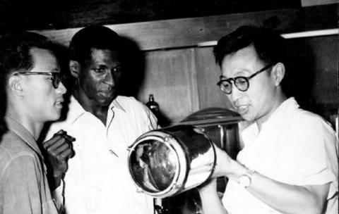 Jacques Stéphen Alexis et des camarades chinois (Photo de Gérard Bloncourt, 1961)
