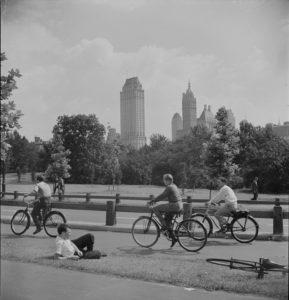 Una foto en blanco y negro de varias bicicletas en un camino en Central Park en la década de 1940