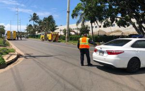 CINDY ELLEN RUSSELL / CRUSSELL@STARADVERTISER.COM                                 Honolulu police and firefighters respond to a gas leak at Campbell Industrial Park today.