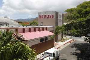"""STAR-ADVERTISER / 2013                                 Pali Lanes bowling alley is seen in July 2013 in Kailua. Danny Casler of community group <a href=""""https://www.instagram.com/mykailua/"""" target=""""_blank"""">MyKailua</a> is holding <a href=""""https://www.tickettailor.com/events/kanikanoacreative/375609/"""" target=""""_blank"""">a pilot drive-in """"contactless"""" screening of """"Dodgeball""""</a> at the Pali Lanes parking lot on Wednesday evening."""