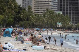 CINDY ELLEN RUSSELL / MAY 7                                 Unmasked beachgoers relax at Waikiki Beach on Friday.