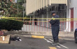 CRAIG T. KOJIMA / MAY 12                                 Honolulu police officers investigate the scene of an attempted murder in downtown Honolulu Wednesday morning.