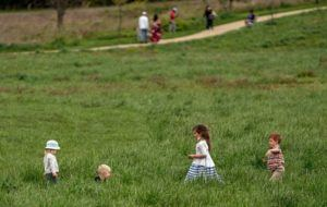 AMR ALFIKY/THE NEW YORK TIMES                                 Children playing at the U.S. National Arboretum in Washington on April 18. Public health experts say being outdoors is a safer way for children to socialize.