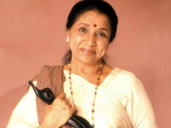 Asha Bhosle with award