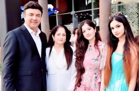 Anu Malik's Father Anju Malik And His Daughters