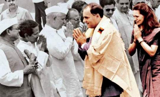 Shalini Yadav Father-in-law Shyamlal Yadav Greeting Rajiv Gandhi & Sonia Gandhi