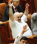 """""""Hai, bă, că mi-e foame. Votăm la două sau la patru mâini? Vreţi să ridic în sus şi picioarele?"""""""