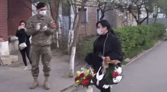Gălăţenii i-au aruncat asistentei clor pe uşă. Militarii au făcut un gest extraordinar! VIDEO