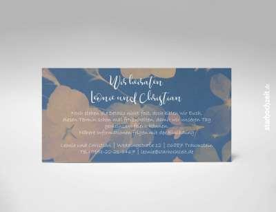 Rückseite: Save the Date Karte, Hochzeit, zweiseitige Hochzeitskarte, Din lang, Querformat, modern, zart blaues Blumenmotiv, monochrom, weiße Kaligrafie Schrift, besonders, zeitlos, elegant, Mustertext, veränderbare Farbe der Schrift in blau, rot, grau, grün, starhochzeit