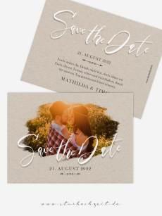 Save the Date Fotokarten romantische Mathilda in Kraftpapier Natur Look, mit weiser Kalligrafie Schrift, Vorderseite von starhochzeit.de. Zu den Hochzeitskarten gibt es passende Kuverts.