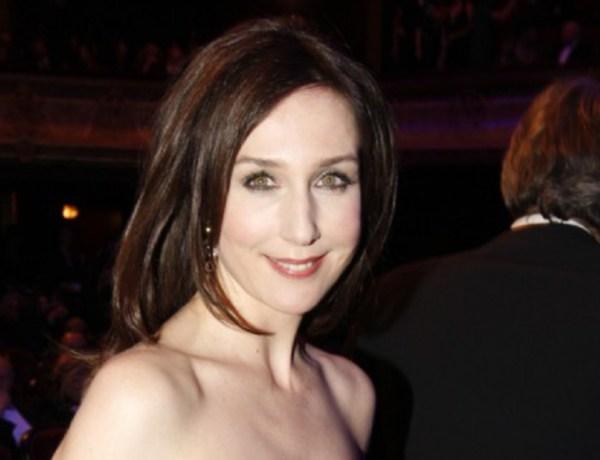 Cannes 2016: Elsa Zylberstein laisse entrevoir un téton sur le tapis rouge