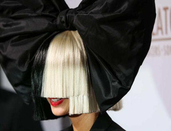 Sia cache son visage mais montre ses fesses… pour une raison bien précise !