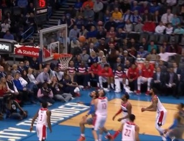 Aïe ! En plein match de basket, il reçoit un coup de pied mal placé !