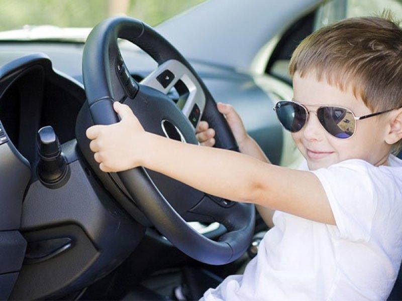 Russie : Une mère filme son fils de 6 ans en train de conduire à 130 km/h sur l'autoroute