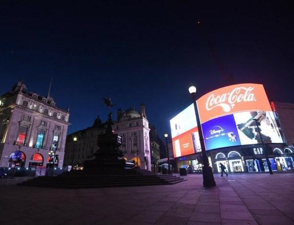 Londres : Un mannequin profite du confinement pour faire une séance photo en lingerie dans les rues de la ville