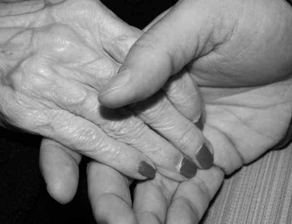 Histoire d'amour : Âgé de 17 ans, Gary tombe fou amoureux d'Almeda 71 ans