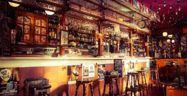 Le proprio d'un bar installe une clôture électrique pour faire respecter la distanciation sociale