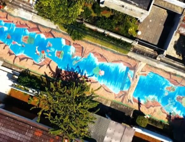 Indonésie : Cette impressionnante fresque de 300m de long représente une rivière en 3D