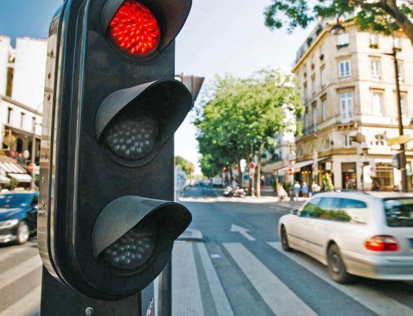 La surprenante réaction des automobilistes devant un feu rouge en panne