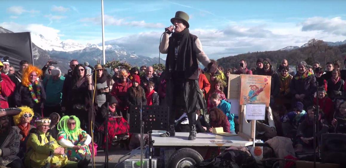 Francis Lalanne : Il manifeste contre les mesures sanitaires et demande aux gens de s'embrasser !