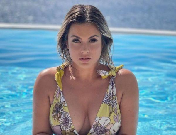 Carla Moreau moquée à cause de son bikini… qu'elle a mis à l'envers !