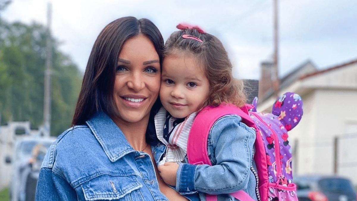 Julia Paredes à l'hôpital pour sa fille, elle tacle Maxime Parisi !