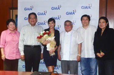 GMA  ETV's OIC Lilybeth G. Rasonable,  President and COO Gilberto R. Duavit, Jr., Alessandra, Chairman and CEO Atty. Felipe L. Gozon,  Manny Valera (Alessandra's manager), and GMA VP for Drama Redgie Acuña-Magno)