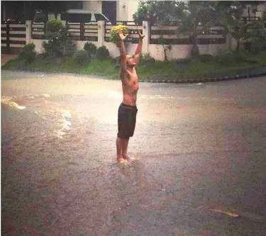 """Mark Bautista posted this photo earlier today while Maring is submerging about 70% of Metro Manila. On his Twitter account, the hunk singer re-uploaded his IG photo  with the caption """"We're not alone... """""""