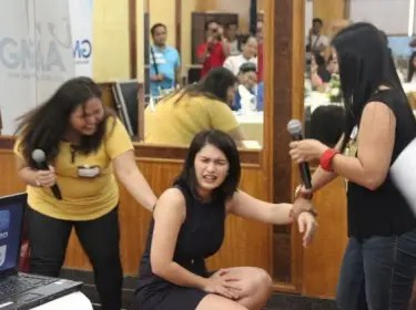 """Pauleen Luna re-enacting a dramatic scene from """"The Borrowed Wife"""" with some bloggers."""