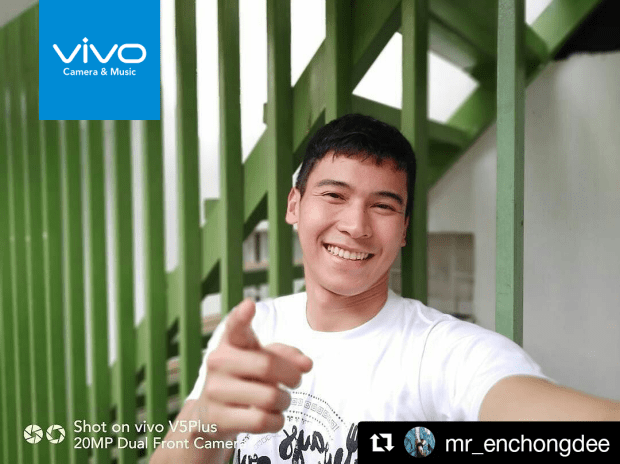 Actor-dancer Enchong Dee wows over the V5 Plus' bokeh effect and its dual front camera.