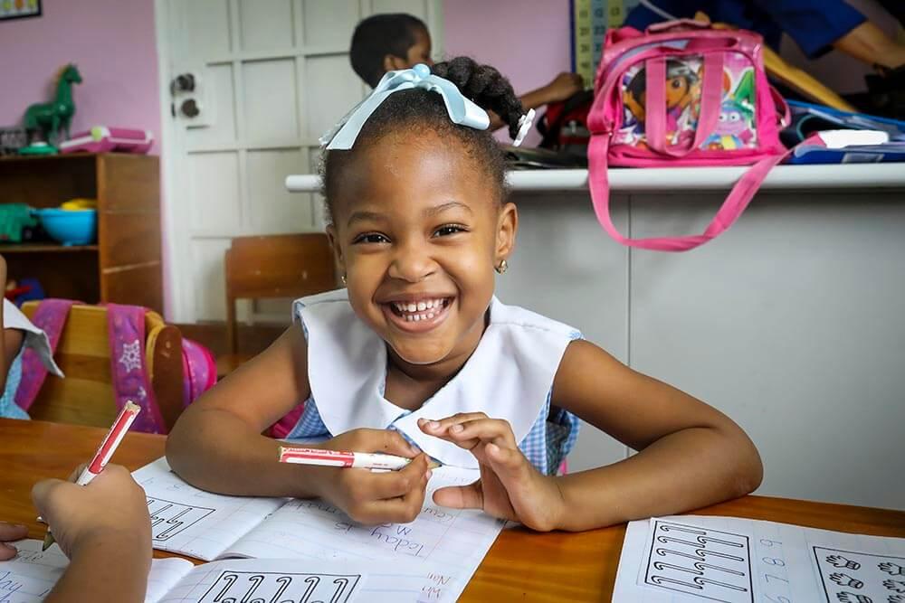 flicka-i-skolbank-trinidad-st-joseph