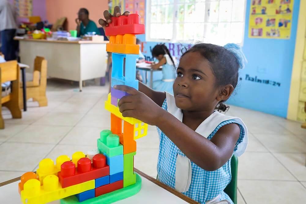 flicka-med-klossar-trinidad-st-joseph