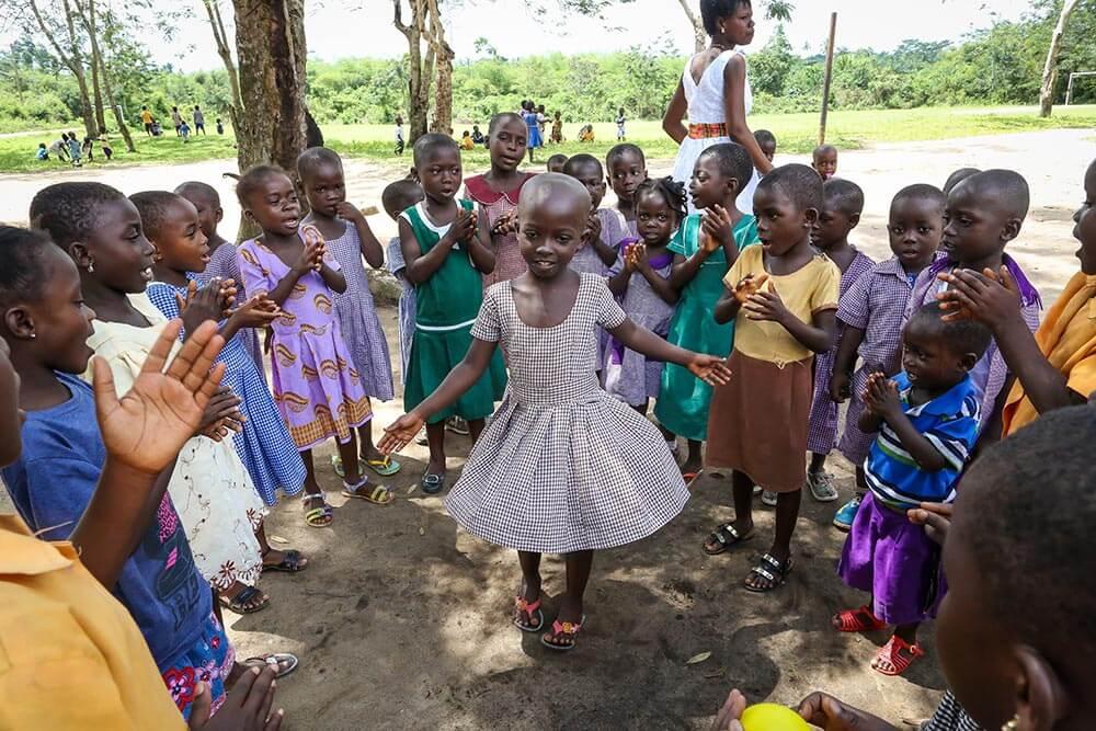 flicka-dansar-ghana-akobima