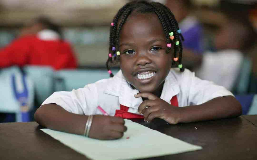 Flicka i skolbänk i Kenya