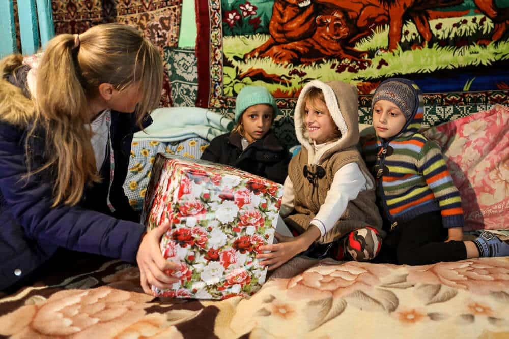 Förväntansfulla barn i Rumänien får ett julpaket