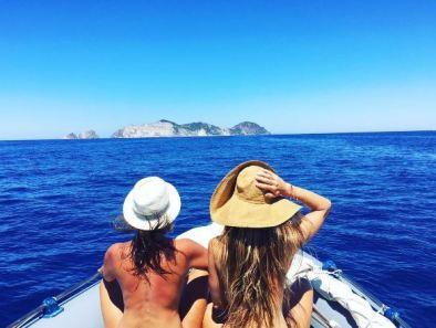 Gossip: Nicoletta Romanoff e Camila Raznovich e la loro calda estate in barca