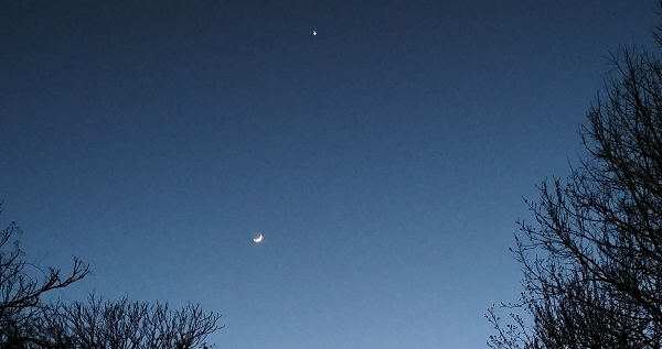 Moon and Venus over bikepath_zoomed in