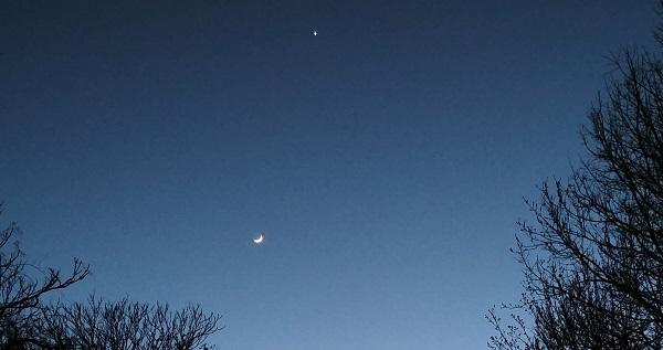 Moon and Venus over bikepath_zoomed in