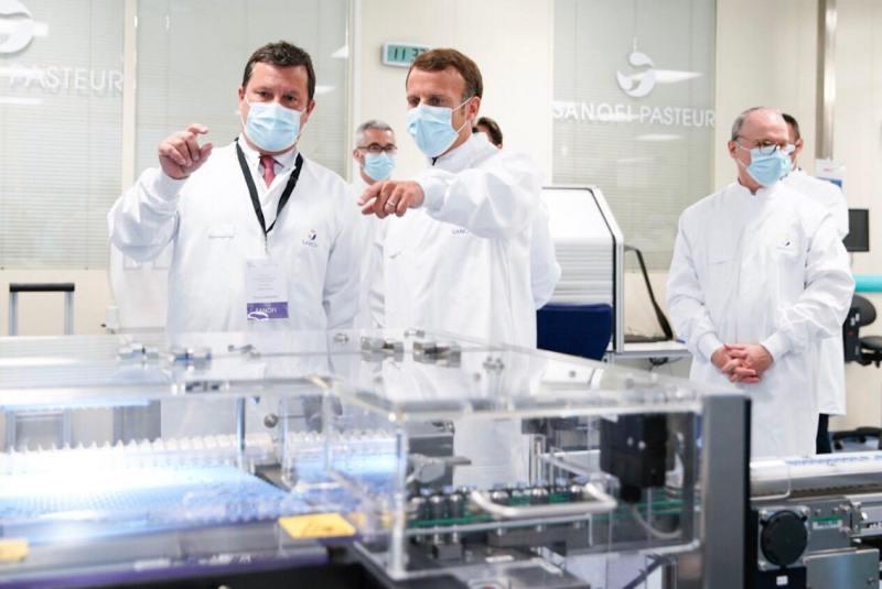 Во Франции люди начинают вакцинировать с 55 лет, давая и останавливаясь на Astrazeneca.