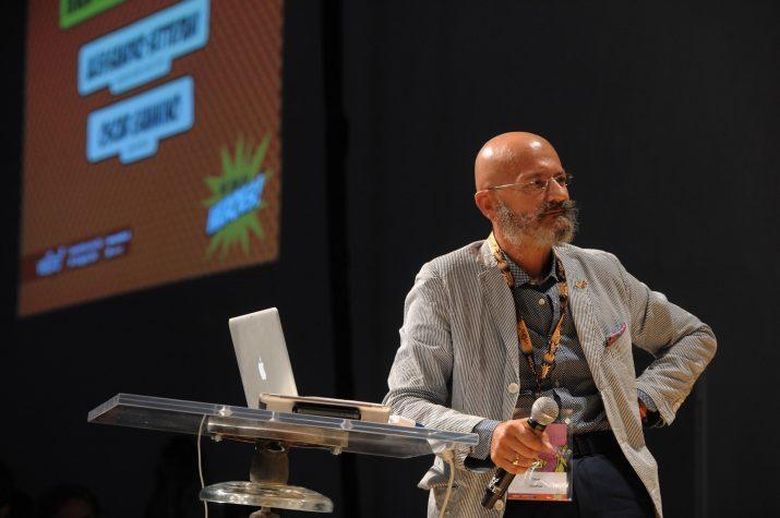 Το πόδι του Oscar Giannino υπέρ του Bonomi στο ντεμπούτο του στη Δημοκρατία του Elkann