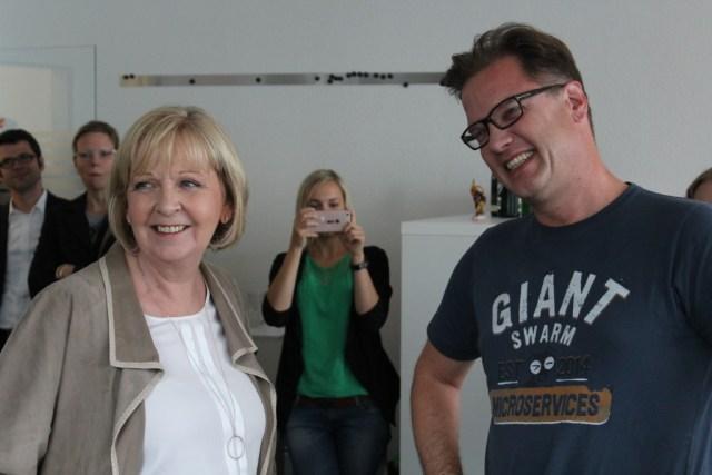 Hannelore Kraft und Oliver Thylmann reden via Skype mit einer Mitarbeiterin, die sich im Mutterschutz befindet