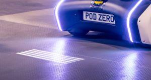 Autonómne autá budú premietať znamenia pre chodcov