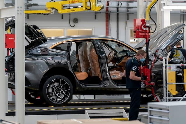 Aston Martin DBX vstúpil do výroby