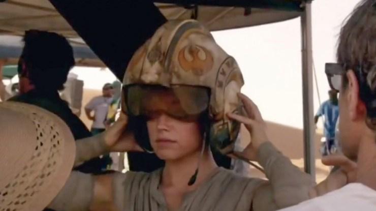 Rey met een X-Wing helm in de nieuwe Featurette