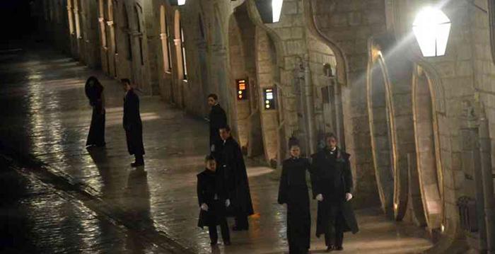 Nog meer in het zwart en net geklede figuranten/acteurs.