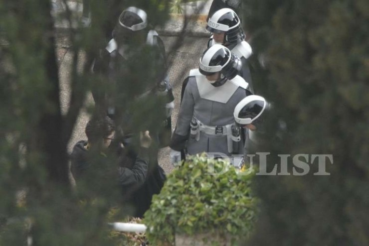 """Op de helmen van deze mannen staat in Aurebesh """"CBPD"""". De mannen lijken een soort politie uniform te dragen, de letters """"PD"""" op de helmen zullen dan waarschijnlijk ook voor """"Police Department"""" staan."""