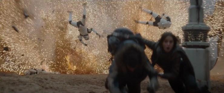 Jyn en het personage van Diego Luna (volgens de geruchten heet zijn personage Cassein Willix) duiken weg voor een explosie waar deze stormtroopers wat te dichtbij stonden.
